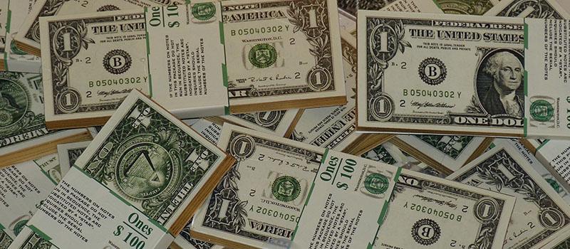 Dollarsedlar i hög
